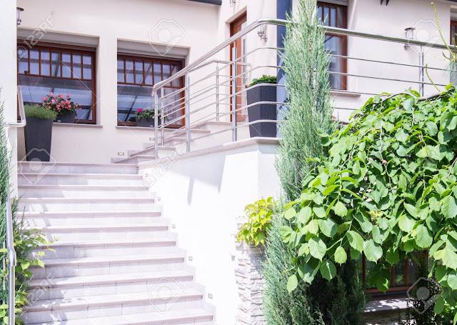 Desain Tangga Depan Rumah Sederhana