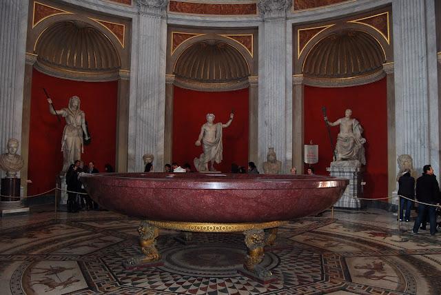 immense baignoire en porphyre rouge d'un diamètre de cinq mètres, dite « de Néron »
