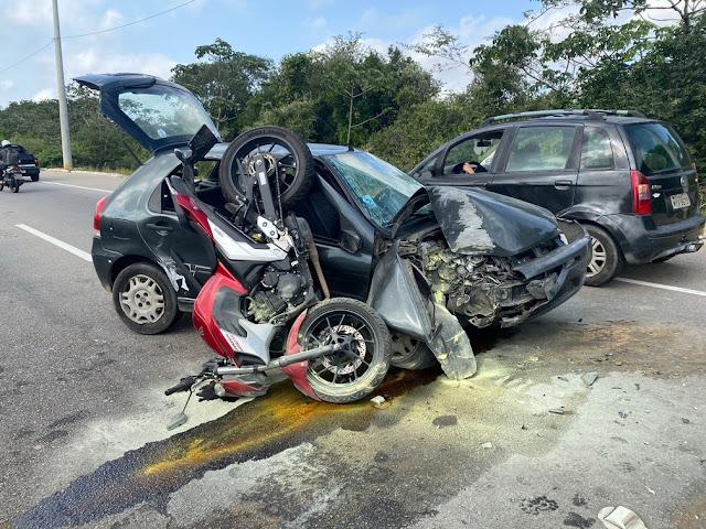 Motorista perde o controle do carro, bate em poste e colide em moto em Paramirim, RN