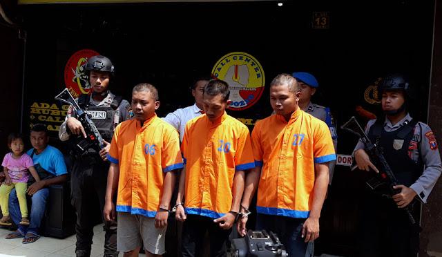 Ketiga pelaku pornografi saat digelandang menuju Polres Lumajang