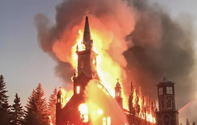 Καναδάς : Καίνε καθολικές εκκλησίες μετά την αποκάλυψη ομαδικών παιδικών τάφων στα οικοτροφεία