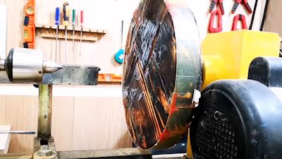 تثبيت النموذج الخشبي على المخرطة وتشكيلها بأدوات الخرط المعدنية