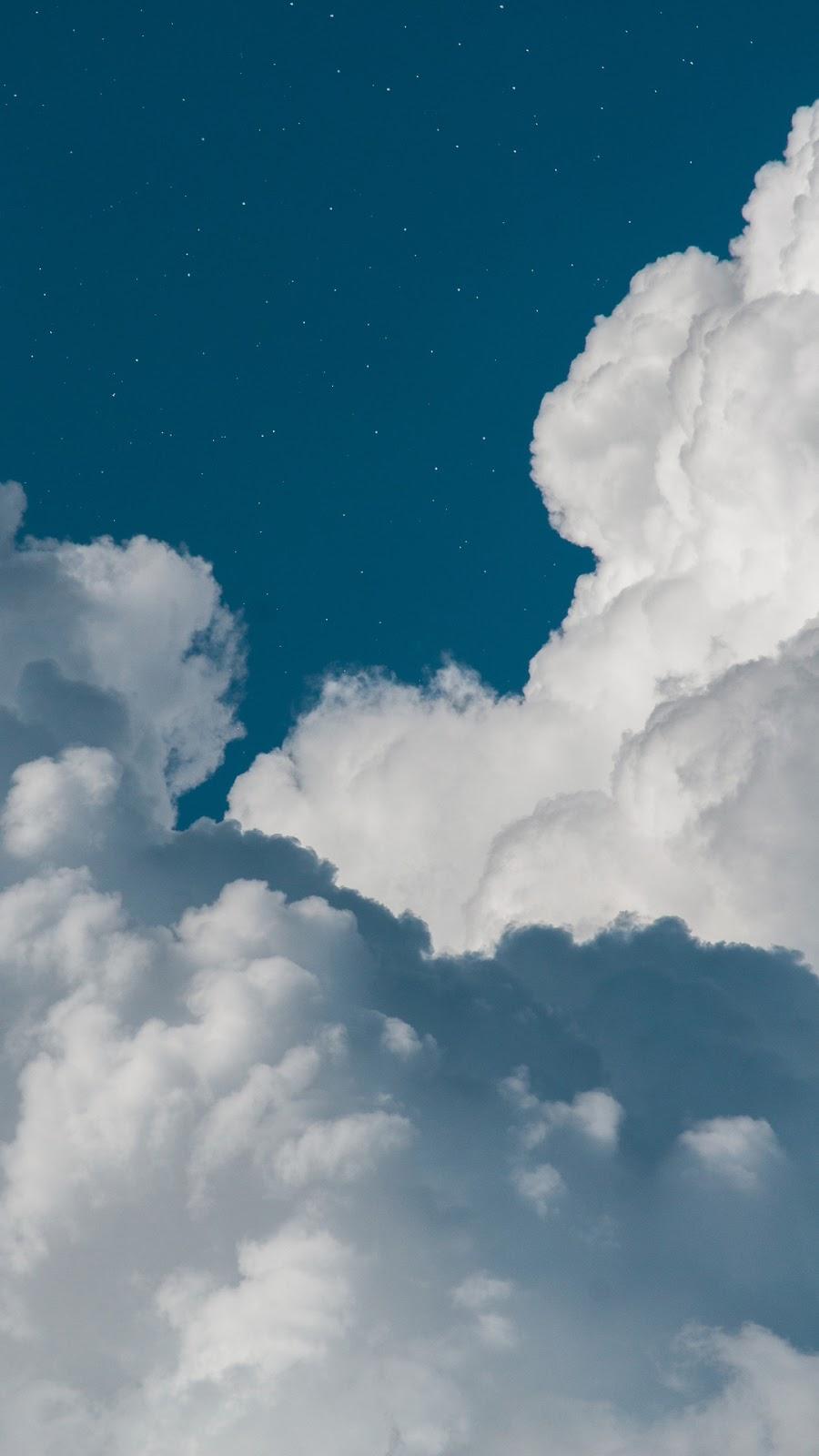 Mây trắng giữa bầu trời trong xanh