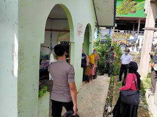 Bhabinkamtibmas Polsek Baraka Polres Enrekang Silaturahmi Dengan Warga Binaan Sekaligus Megingatkan Mengenai Prokes