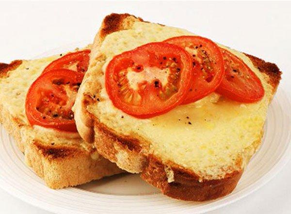شرائح التوست بالجبنة والطماطم المشوية