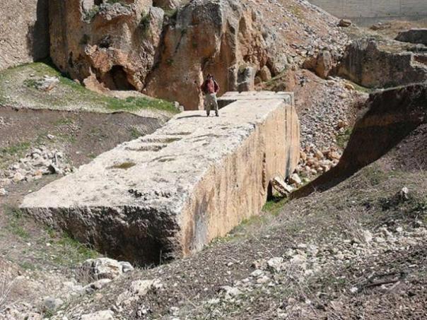 Un megalito en Baalbek. Aprecien el enorme tamaño que posee. ¿Es posible que antiguos habitantes de la zona hayan transportado estos enormes bloques de piedra sin ninguna ayuda tecnológica?