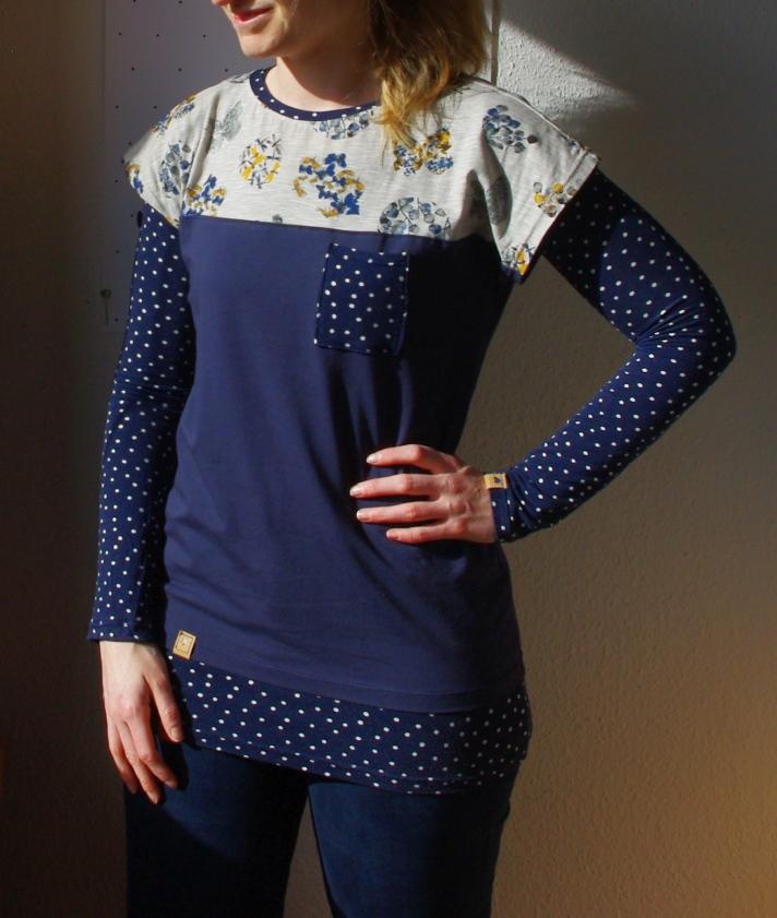 Lagenlook: Frau in Kimono Tee Schnittmuster (Freebook)von MariaDenmark und Shirt Valerie Schnittmuster von Makerist Oberteil Shirt Longsleeve selbst genäht Blau gepunktet