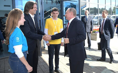 Vladimir Putin before visiting the ProyeKTOriya national professional orientation forum. With National Artist of Russia Dmitry Malikov.