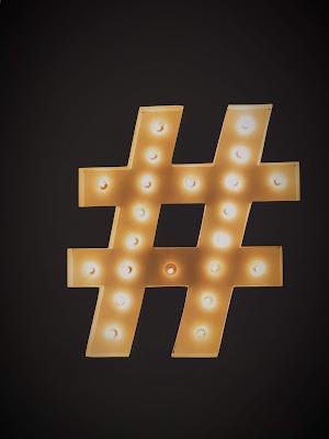 Hashtag de neón iluminado