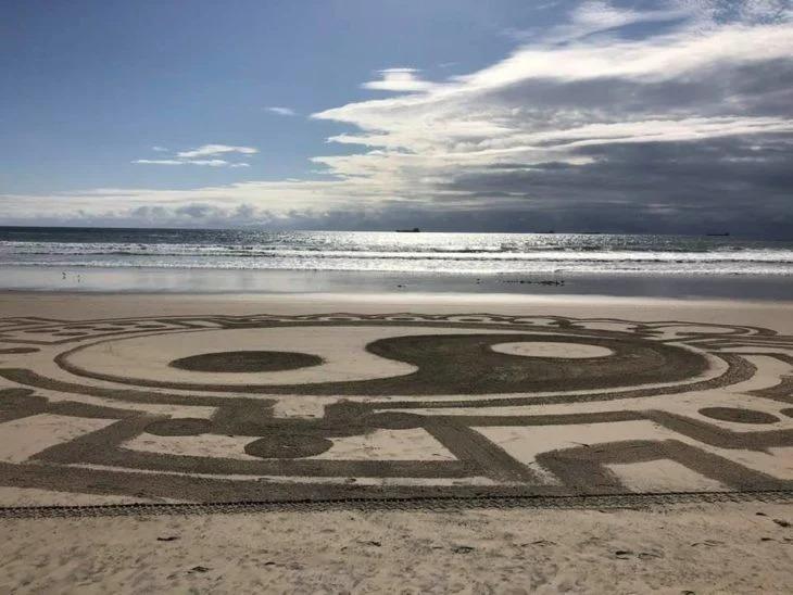 Aparecen extrañas figuras en una playa mexicana y la gente cree que son extraterrestres