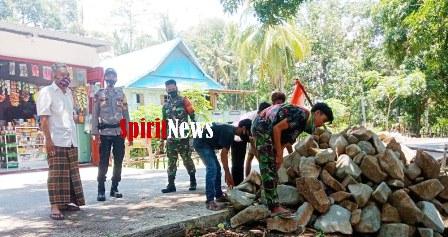 Antisipasi Kecelakaan Lalulintas, TNI-Polri Bantu Warga Evakuasi Tumpukan Batu di Pinggir Jalan