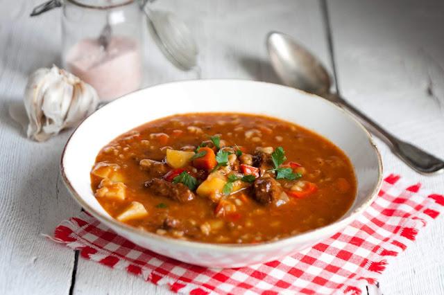 Zupa gulaszowa z pęczakiem i ziemniakami