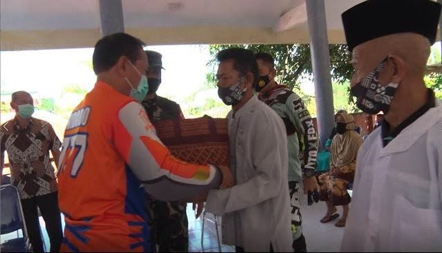 "Mojokerto - Pangdam V/Brw Mayjen TNI Widodo Iryansyah S.Sos, M.M membagikan bantuan sembako kepada masyarakat serta memberikan bantuan keramik untuk pembangunan beberapa masjid dan mushola di Desa Penanggungan, Kec. Trawas, Kab. Mojokerto, Kamis, (29/10/2020).   Memasuki hari-hari terakhir masa jabatan sebagai Pangdam V/Brawijaya, Mayjen TNI Widodo Iryansyah masih menyempatkan diri untuk menunjukan kepedulian kepada masyarakat yang terkena dampak dari pandemi Covid-19 dengan bersilaturahmi dan membagikan bantuan sembako kepada masyarakat serta memberikan bantuan keramik untuk pembangunan beberapa masjid dan mushola.   Sebanyak 100 paket sembako dibagikan Pangdam V/Brawijaya kepada masyarakat Desa Penanggungan Kecamatan Trawas Mojokerto. Selain itu, Pangdam V/Brawijaya juga memberikan bantuan keramik untuk pembangunan 2 masjid dan 1 mushola di Dusun Sendang, 1 mushola dan 1 diniyah di Dusun Penanggungan, 1 mushola di Dusun Kemendung dan 1 diniyah di Dusun Ngembes Desa. Penanggungan, Kecamatan Trawas, Kab. Mojokerto.   ""Kita ketahui bersama bahwa perekonomian negara sempat turun drastis dikarenakan pandemi Covid-19. Saat ini perekonomian negara kita perlahan tapi pasti kondisinya mulai meningkat. Bila kita ingin perekonomian nasional kembali pulih, semua sektor ekonomi harus mulai digerakkan. Untuk wilayah Trawas Mojokerto ini dapat diawali dari sektor pertanian. Maka para petani harus kita gairahkan dengan menjalin komunikasi yang baik dengan para petani serta memberikan bantuan seperti sembako kepada para petani, sehingga tugas para petani saat ini hanya fokus untuk bertani tanpa harus berfikir lain sehingga diharapkan hal ini akan memberikan dampak positif yang dapat mendukung peningkatan perekonomian saat ini,"" ungkap Pangdam.   Pada kesempatan yang sama, Danrem 082/CPYJ Kolonel Inf M. Dariyanto mengatakan, ""bantuan yang diberikan oleh Bapak Pangdam V/Brawijaya merupakan wujud kepedulian beliau kepada masyarakat, semoga bantuan tersebut dapat sedikit meringankan b"