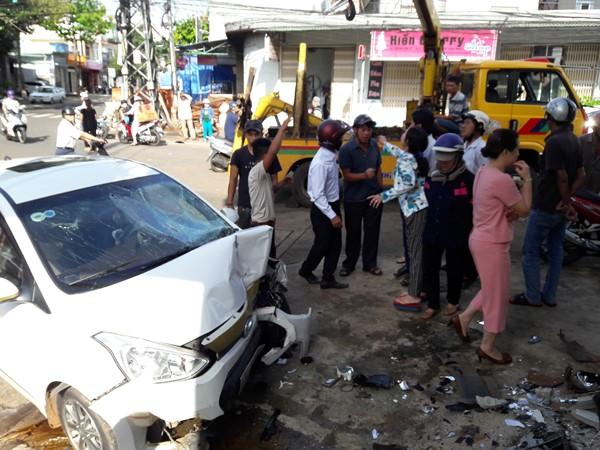 Gia Lai: Xe ô tô lao vào nhà dân, 7 người nhập viện