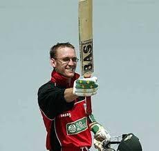 तीसरे नंबर पर बल्लेबाजी करते हुए अंतरराष्ट्रीय वनडे क्रिकेट में सबसे बड़ी पारी खेलने का रिकॉर्ड जिंबाब्वे के चार्ल्स कोवेंट्री  के नाम है।