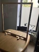 Ein Spuckschutz für einen Besprechungsraum