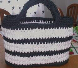 http://crocheteandoconimaginacion.blogspot.com.es/2014/02/bolso-con-totora-trapillo.html