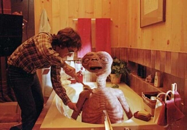60 Iconic Behind-The-Scenes Pictures Of Actors That Underline The Difference Between Movies And Reality - Steven Spielberg bathes E.T.