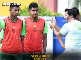 """Brayan Calderón y Gustavo Olguin reciben la charla técnica de Pablo """"vitamina"""" Sánchez DT de Oriente Petrolero - DaleOoo"""