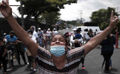 Keluarga-keluarga miskin dari berbagai penjuru negeri memprotes dan menunggu jawaban dari Presiden Kosta Rika, di sekitar Istana Kepresidenan di San Jose, Kosta Rika, 29 Juni 2021. Keluarga-keluarga itu menuntut dari Pemerintah pencairan sekitar 45 juta dolar yang diperuntukkan bagi bantuan sosial dan obligasi perumahan yang ditahan Kementerian Keuangan. EPA