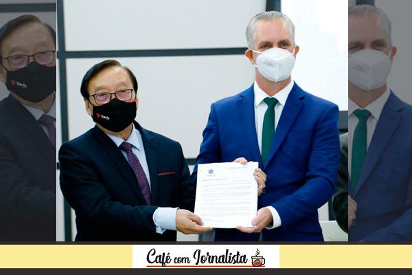 Presidente da Câmara, Mario Hossokawa recebeu os quatro projetos de lei do Executivo das mãos do prefeito Ulisses Maia – Foto: Marquinhos Oliveira/CMM