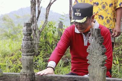 Ziarah oleh Bupati Belitung Isyak Meirobie di makam Raja Badau-wisataibul.com