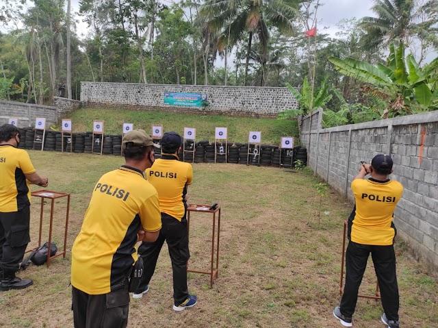 Tingkatkan Kemampuan Anggota, Polres Lumajang Gelar Latihan Menembak