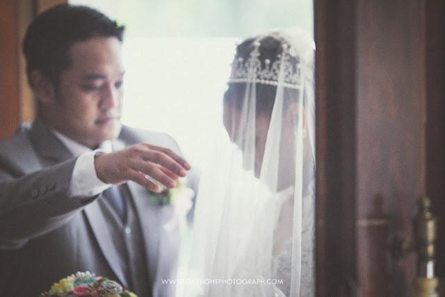 pasangan elsa dan adi pada saat sampai ke gereja