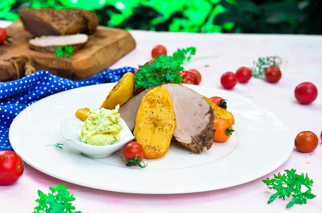 Polędwiczka wieprzowa pieczonymi ziemniakami, masłem czosnkowym z pietruszką.