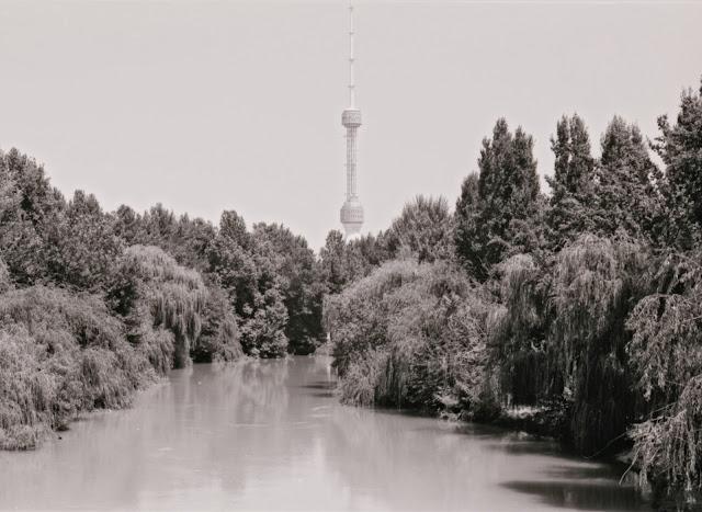 Ouzbékistan, Tachkent, canal Ankhor, Tour de la Télévision, © Louis Gigout, 1999
