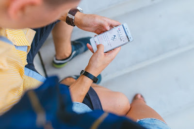 Pessoa acessando o Injstagram no celular.