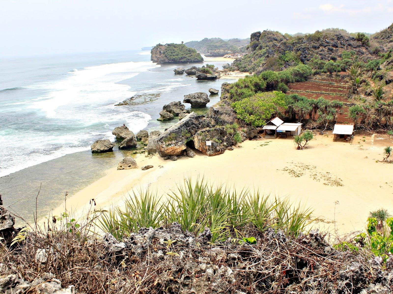 pantai ngrumput dari puncak bukit kosakora gunungkidul yogyakarta