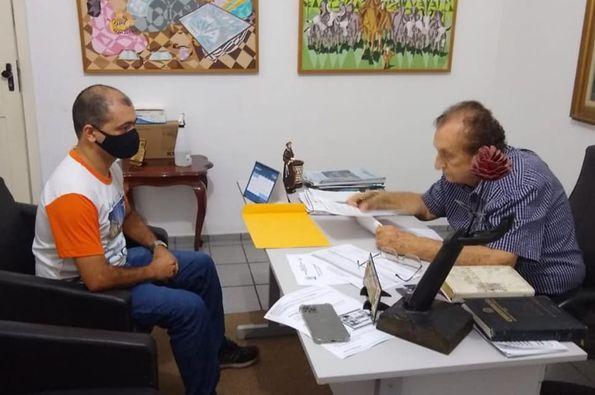Mão Santa despachou com Secretário de Governo e com técnico da Educação para tratar da construção de quadra esportiva e do processo de aposentadoria de servidores