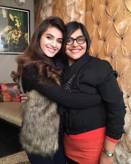 divyansha kaushik with here mother