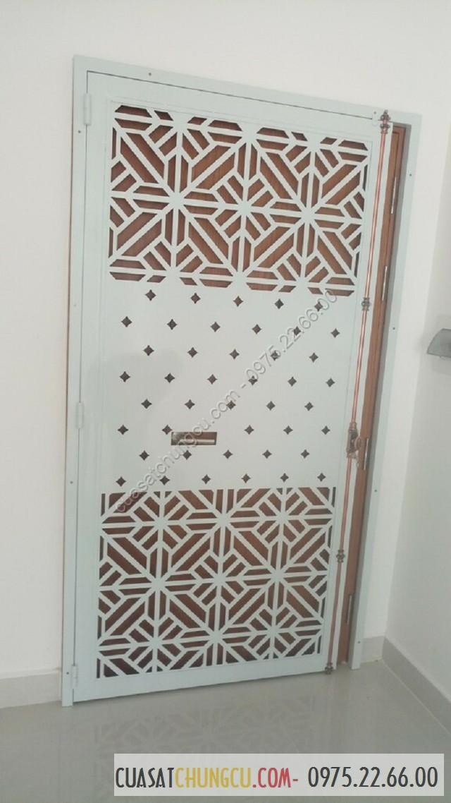 Cửa sắt chung cư cắt CNC lắp khóa clemon phía trong đẹp và tinh tế