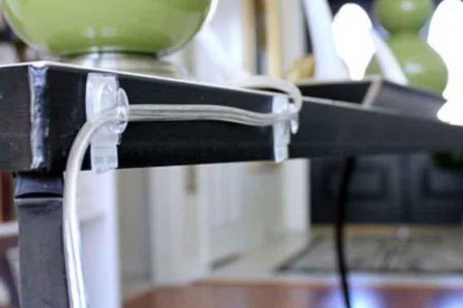 merapikan kabel yang berantakan dengan menempelkannya di mebel atau furniture
