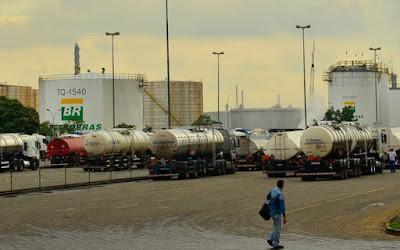 Funcionários da Petrobras entram em greve