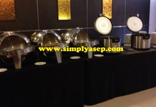 HIDANGAN : Berbagai hidangan yang menggugah selera bisa dipilih oleh para pengunjung.  Ini adalah menu nasi komplit. Foto Asep Haryono