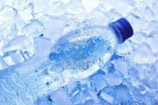 Botella de agua congelada para poder dormir en verano