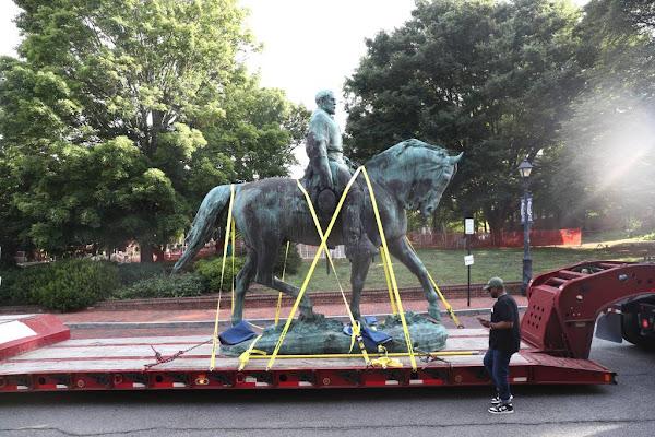 Quatre ans après les émeutes raciales, Charlottesville déboulonne deux statues de généraux confédérés