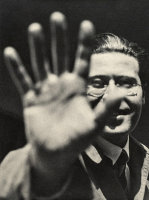 http://joeinct.tumblr.com/post/161929971967/self-portrait-photo-by-l%C3%A1szl%C3%B3-moholy-nagy