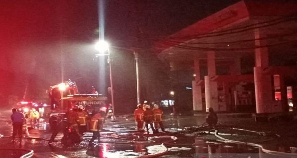 Asap Mengepul Dari Celah Selokan Pasca Terjadinya Ledakan Sebanyak 5 Kali di SPBU Margomulyo