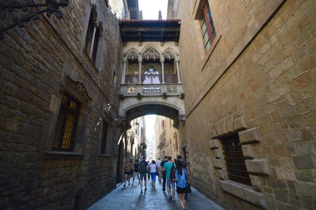 Carrer del Bisbe em Barcelona
