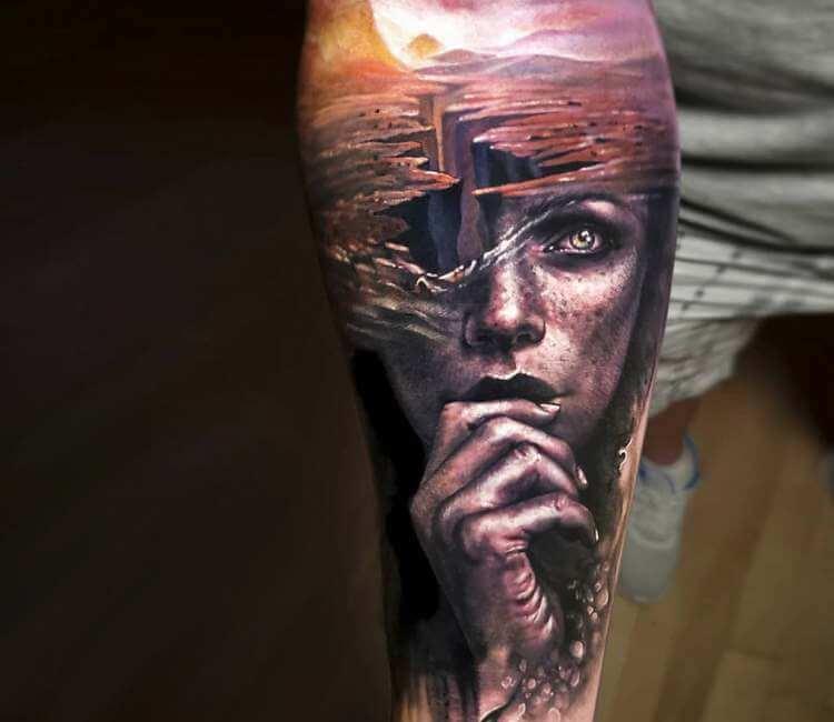Tatuaje de un rostro sobre un fondo de horizonte apocalíptico