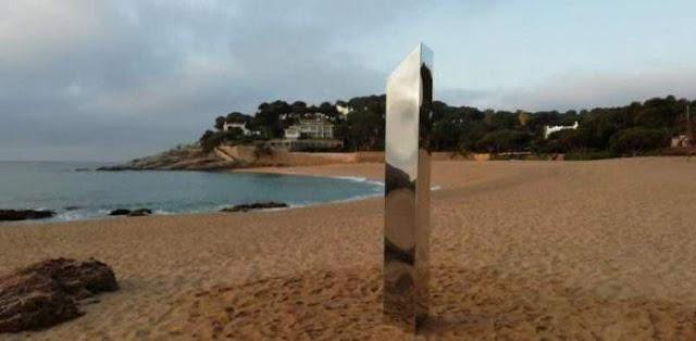 Sorprende la aparición de un Monolito en Playa de Sa Conca, Catalunya España