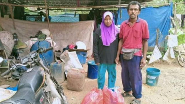Meski Rumah Hanya Beratap Terpal, Pasutri Ini Berhasil Kuliahkan 3 Anaknya