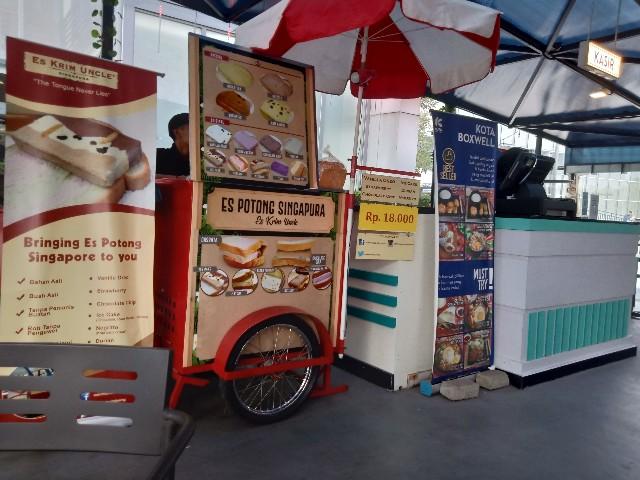 Menikmati Es Potong Singapura di Kota Cinema Mall