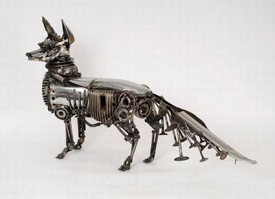 Escultura de zorro con partes de auto recicladas