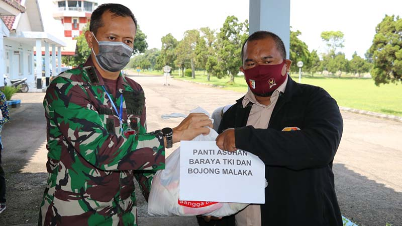 Lanud Sulaeman Salurkan Sembako CSR BRI untuk Warga Terdampak Covid 19
