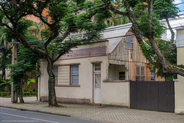 Uma casa de madeira com fachada de alvenaria na Desembargador Motta